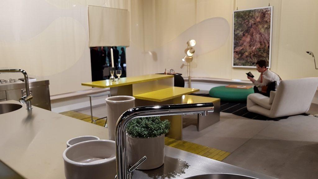 Eine offene Gestaltung bestimmt auch die Wohnvision 'Das Haus' auf der LivingKitchen 2019. Die Macher vom Studio Truly Truly platzieren die aufs Wesentliche reduzierte Küche im Zentrum der 180 Quadratmeter großen Wohnfläche.