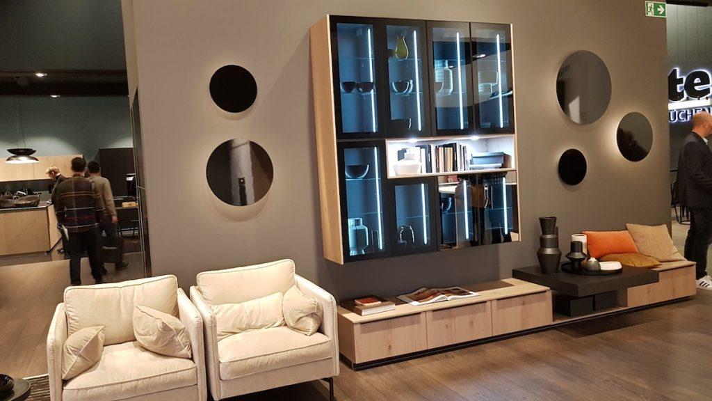 Küchenmöbel sind Wohnmöbel. Deshalb sind sie bestens dazu geeignet, den angrenzenden Wohnbereich gleich mitzugestalten - für Planungen aus einem Guss, wie hier auf der LivingKitchen 2019.