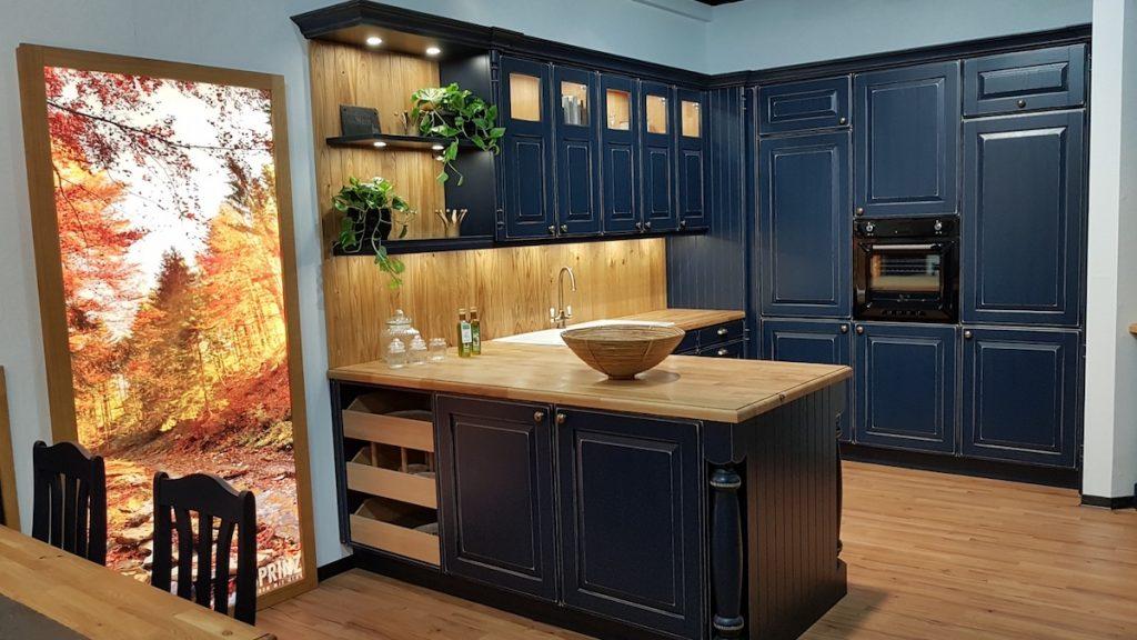 Holz gehört zur rustikalen Landhausküche. Auch die zeigt sich auf der LivingKitchen 2019 wohnlich und individuell.
