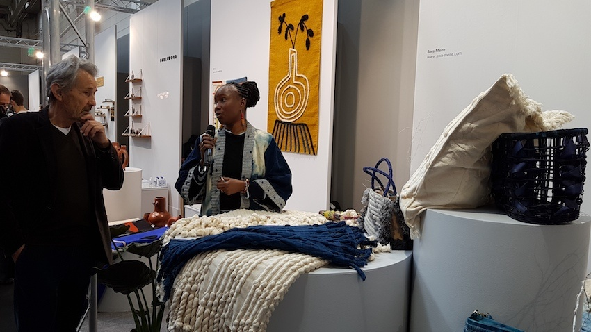 Bei den Talents der Ambiente 2019: Traditionelle Handwerkskunst inspiriert Awa Meite (hier im Gespräch mit Hansjerg Maier-Aichen) zu ganz eigenen Kreationen mit natürlichen Materialien und Farben. So schafft sie eine neue Lebensgrundlage in ihrem vom Krieg gezeichneten Heimatland Mali.