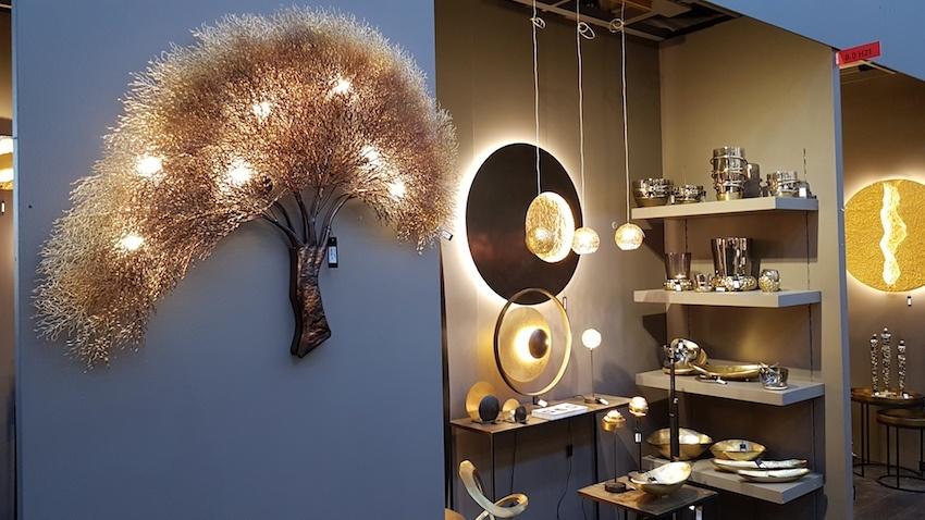 Licht schafft Behaglichkeit. Auch bei den Leuchten sind organische Formen und Natürlichkeit Trumpf. Hinzu kommt die Verwendung angesagter Materialien, zum Beispiel Metall in Goldtönen.