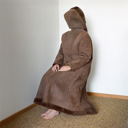 """Birthe Piontek: Abendlied, """"Coat"""" - Ich posiere mit einem schweren Ledermantel, den ich verkehrt herum trage. Es ist heiß, unter der Kapuze kann ich nur schwer atmen..."""
