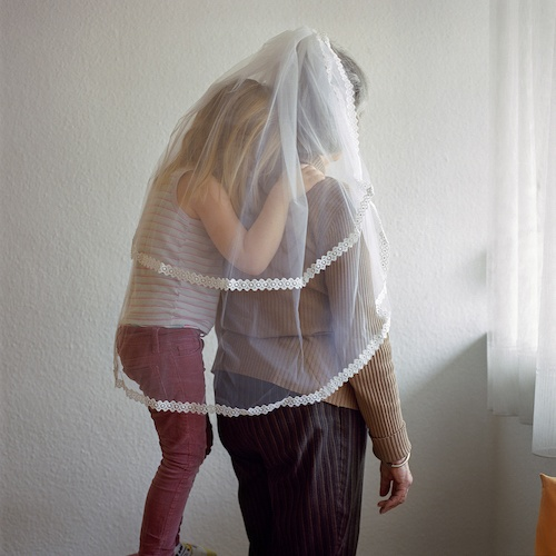 """Birthe Piontek: Abendlied, """"Veil"""" - Meine Nichte kuschelt sich an meine Mutter, die ihren Brautschleier trägt."""